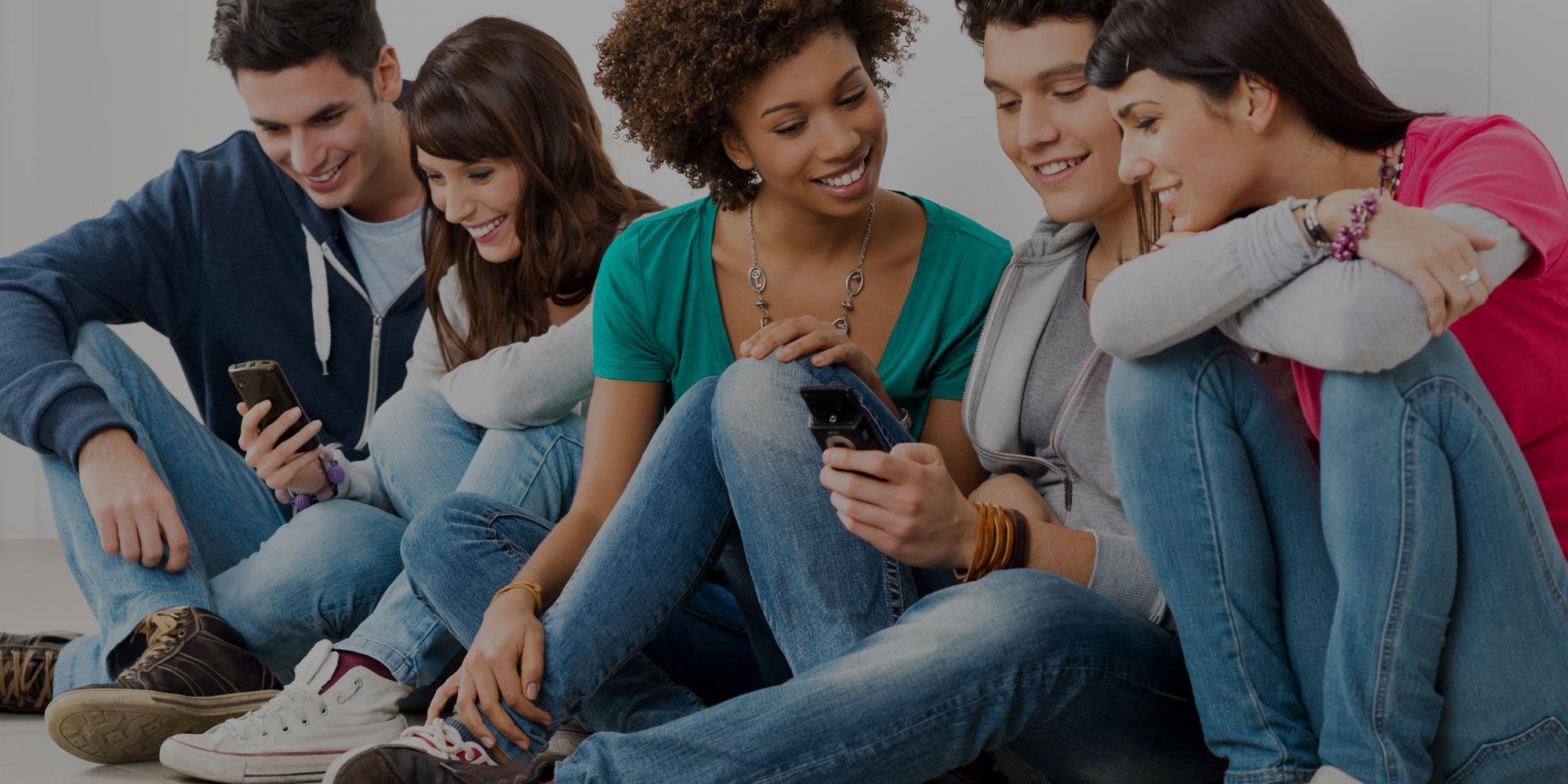 Groupe de jeunes en discussion