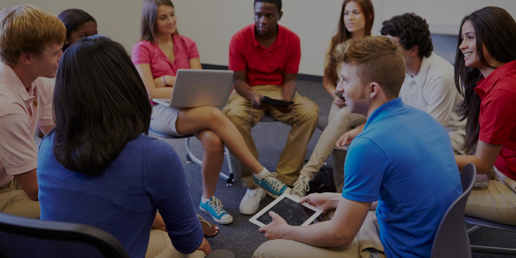 Groupe de jeunes qui discutent